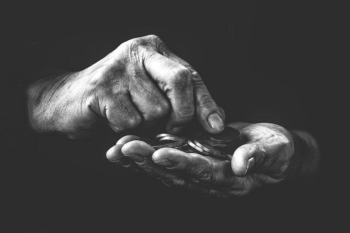 Zwei Hände zählen Geld, schwarzer Hintergrund