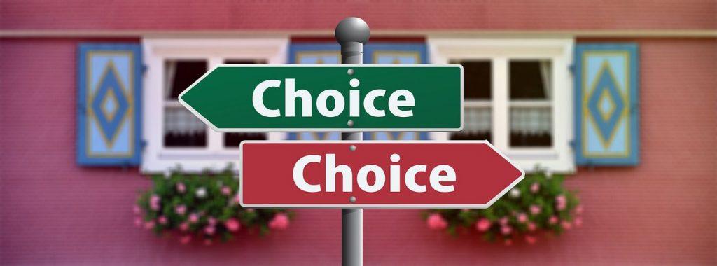 """Schilder nach rechts und links mit dem Text """"Choice"""""""