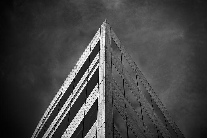 Unbeleuchtete Gebäude-Ecke von unten fotografiert