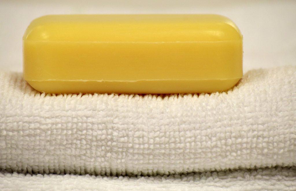 Ein Seifenstück auf einem Handtuch