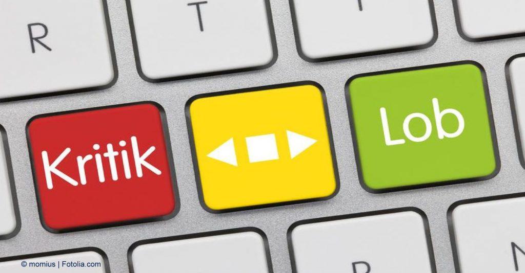 """Bild von drei Tasten einer Tastatur, die linke rot mit Schriftzug """"Kritik"""", die mittlere gelb mit Play-Zeichen, die rechte grün mit Schriftzug """"Lob"""""""