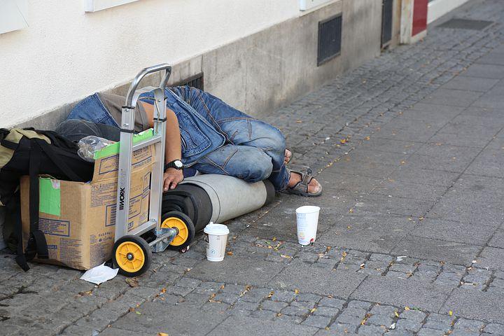Schlafender Obdachloser am Wegesrand