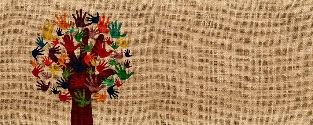Baum mit Händen als Blättern auf Leinen-Hintergrund