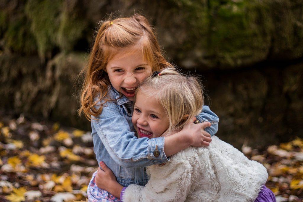 Zwei junge Mädchen, die sich umarmen