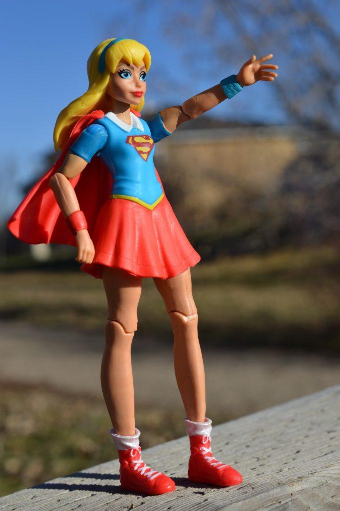 Spielzeugfigur, weiblich mit Supermankostüm.