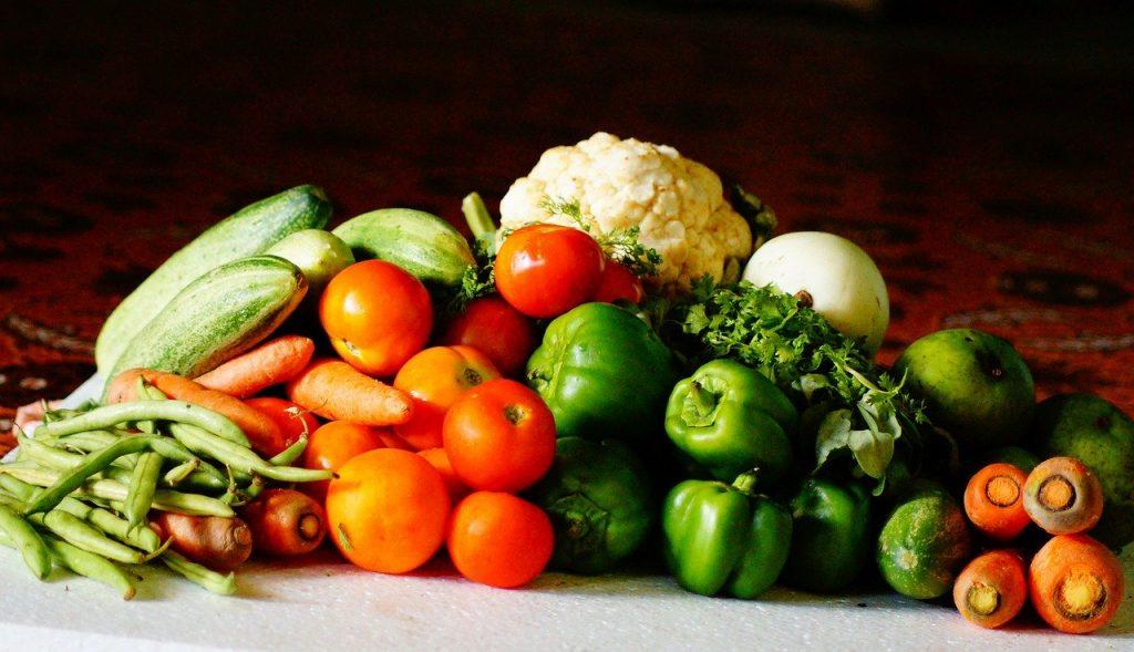 Gemüse grün. viel Gemüse wie Blumenkohl, Zucchini, Tomaten, Karotten, Paprika
