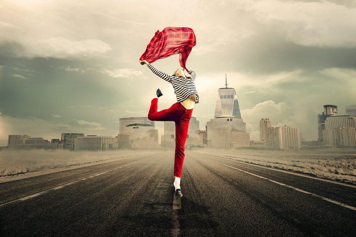 Auf Straße tanzende Frau, Pixabay, Myriams-Fotos