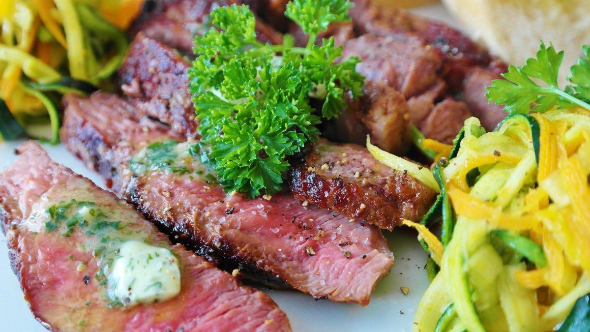 Gebratenes Rindfleisch aufgeschnitten mit Salatgarnitur