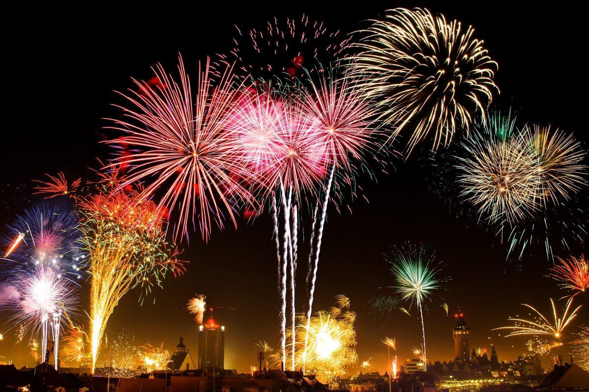 Feuerwerk an schwarzem Himmel