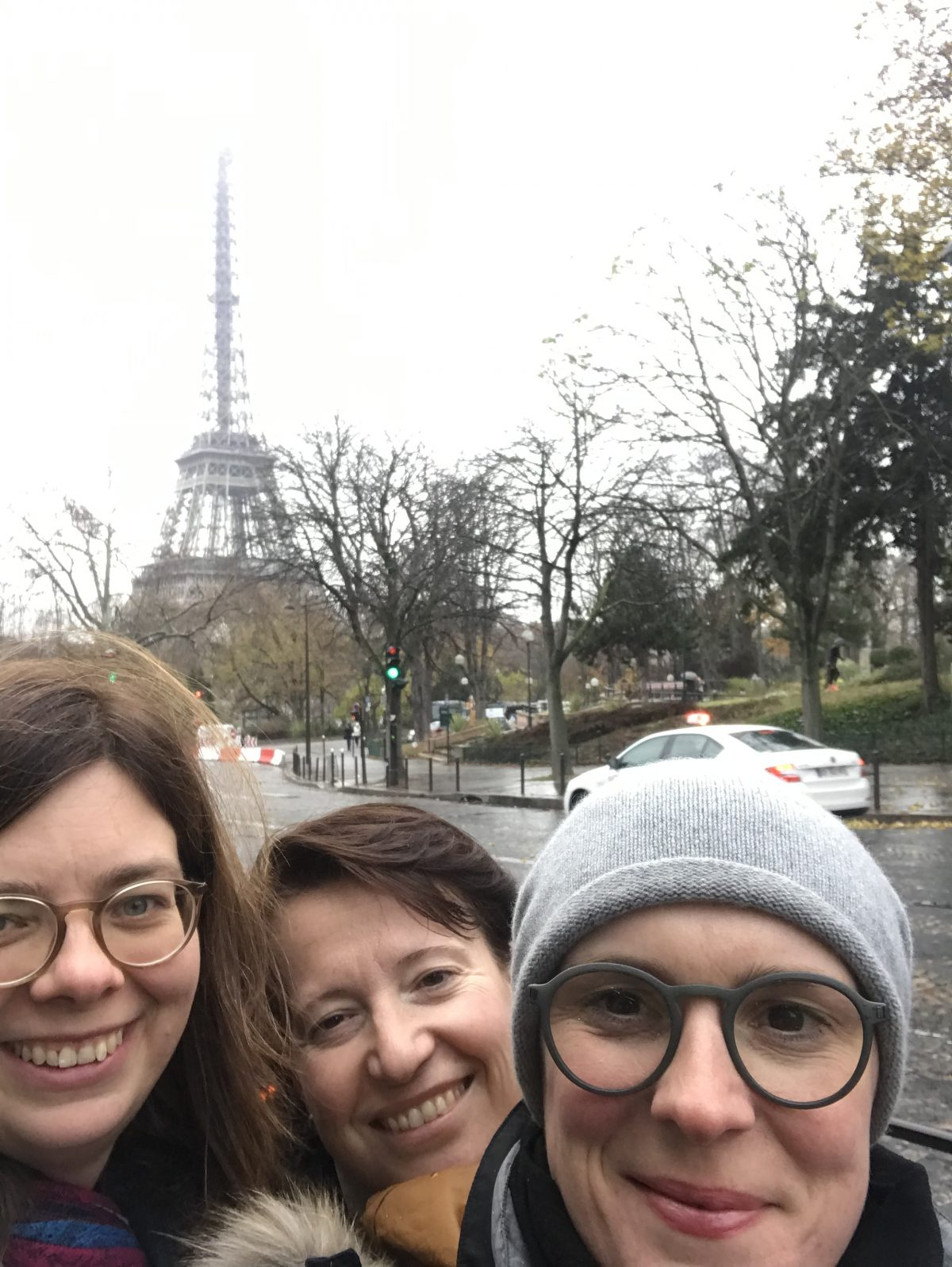 Selfie von Frauke, Sylvia und Bernadette vor dem Eiffelturm