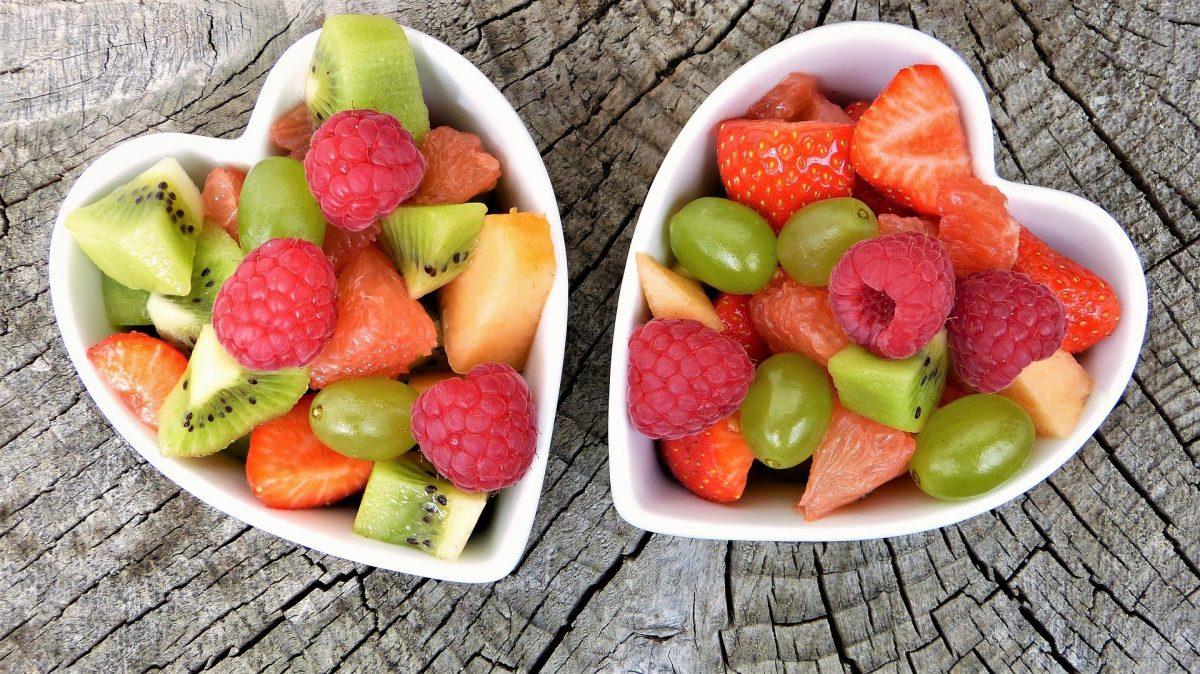Zwei herzförmige Schüsseln mit Obstsalat