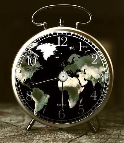 Wecker, Weltkarte auf dem Zifferblatt, halb neun anzeigend
