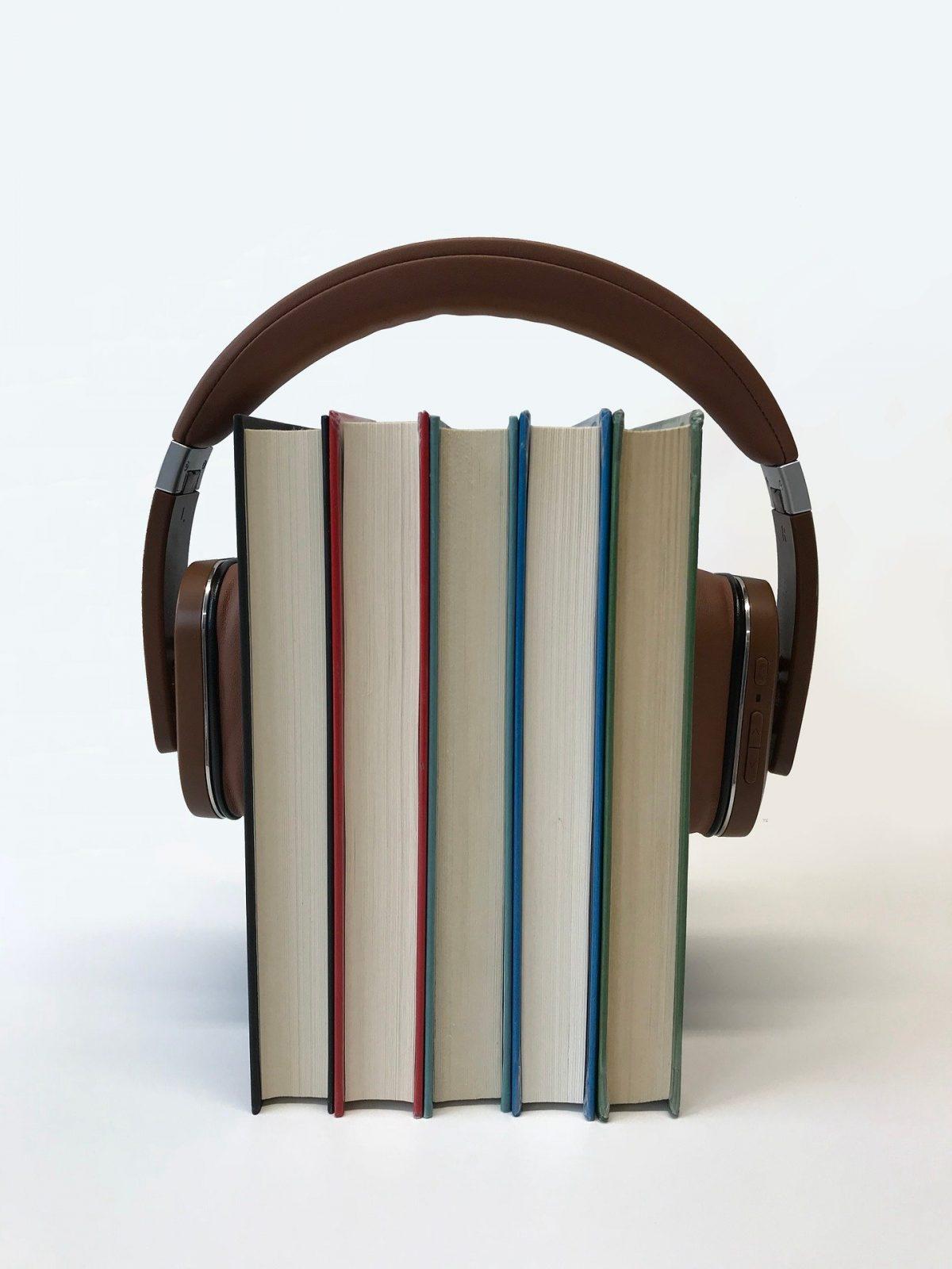 Ein Kopfhörer, der fünf Bücher umfasst