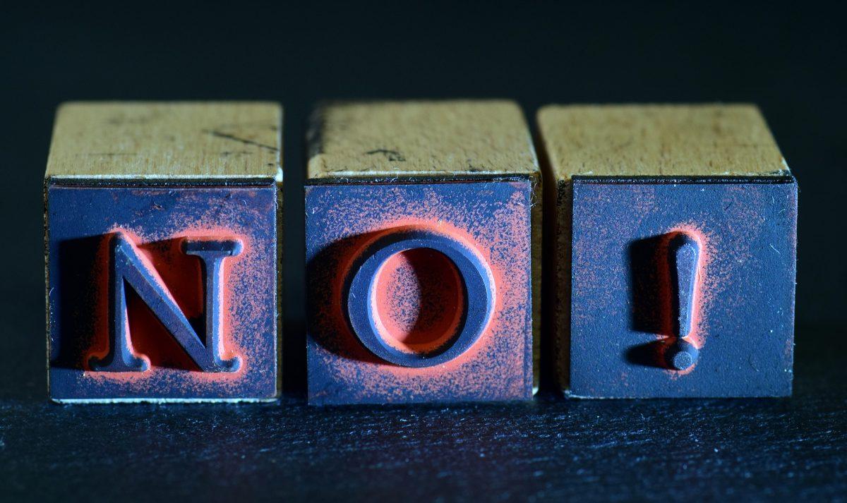 drei Stempel mit den Buchstaben N O und einem Ausrufezeichen