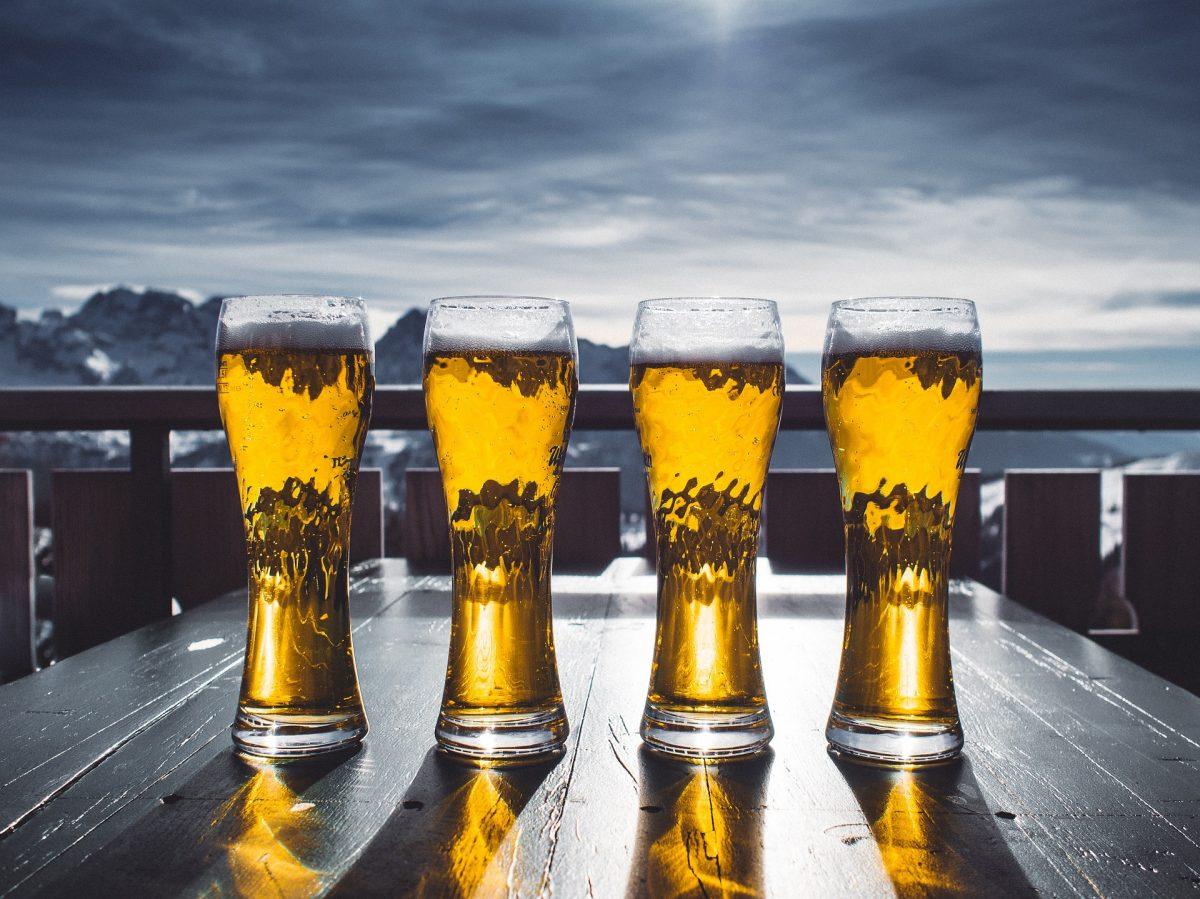 Vier Gläser Bier vor Himmel