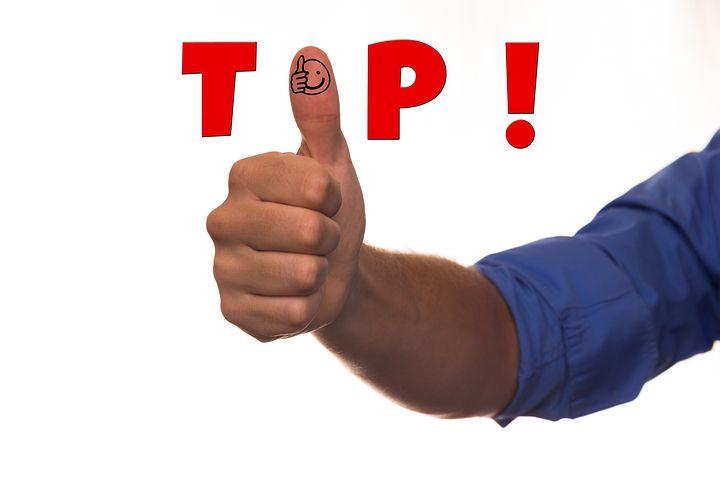 Eine Männerhand zeigt Daumen hoch, zusätzlicher Text im Bild lautet TOP!