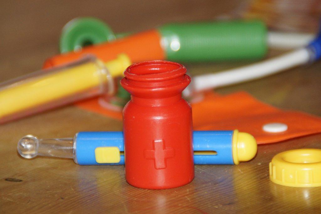 Plastikspielzeug aus einem Arztkoffer