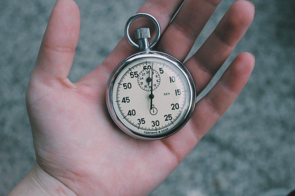 Eine Stoppuhr in einer Hand
