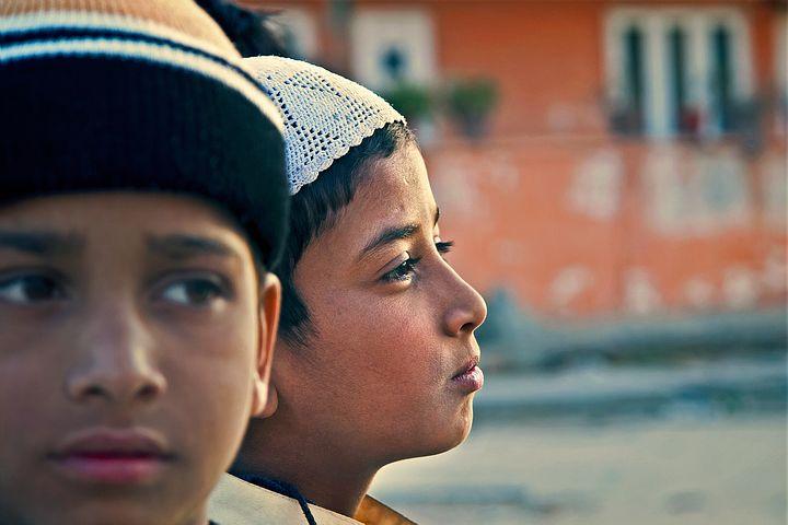 Zwei Jungen, die voneinander wegsehen