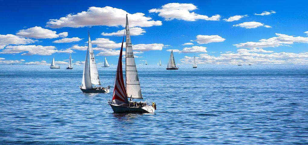 Das Meer mit einigen Segelbooten und blauem Himmel mit einigen weißen Wolken