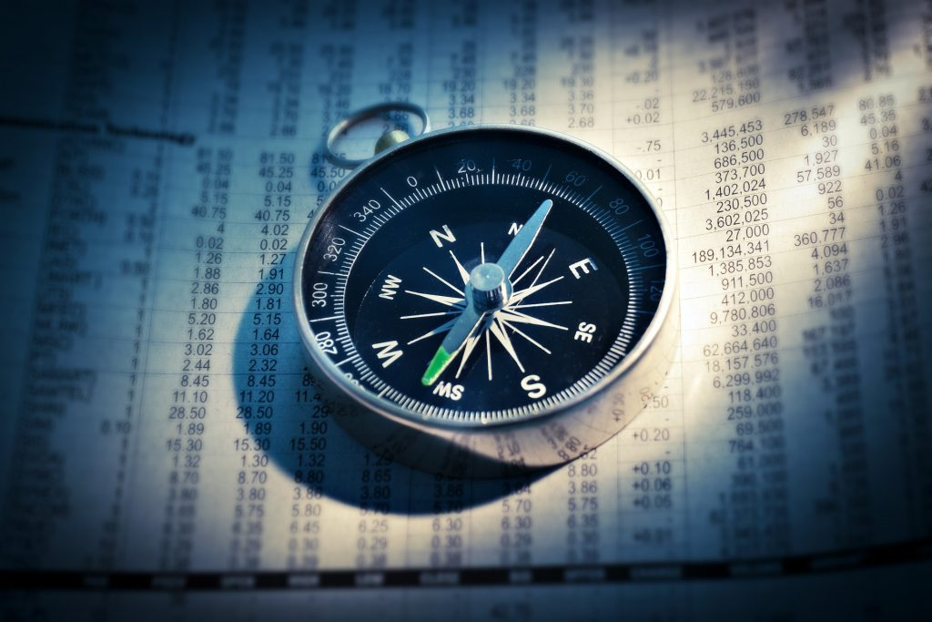 Ein Kompass auf einer Zeitung
