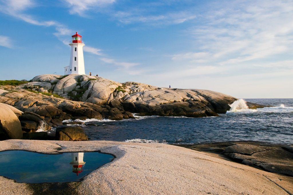 Ein Leuchtturm auf einem Fesen am Meer