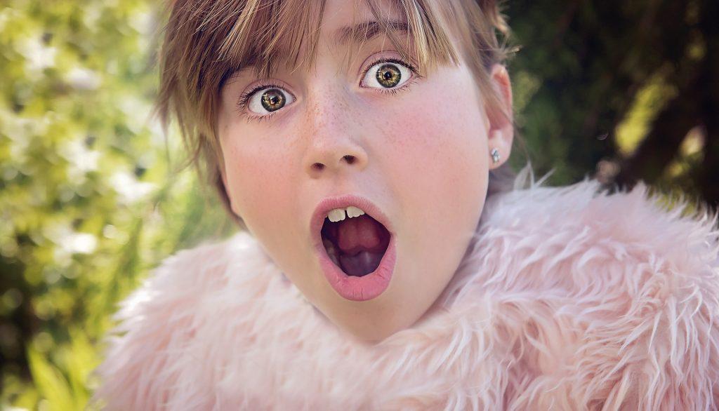 junge weibliche Person mit erschrockenem Gesichtsausdruck