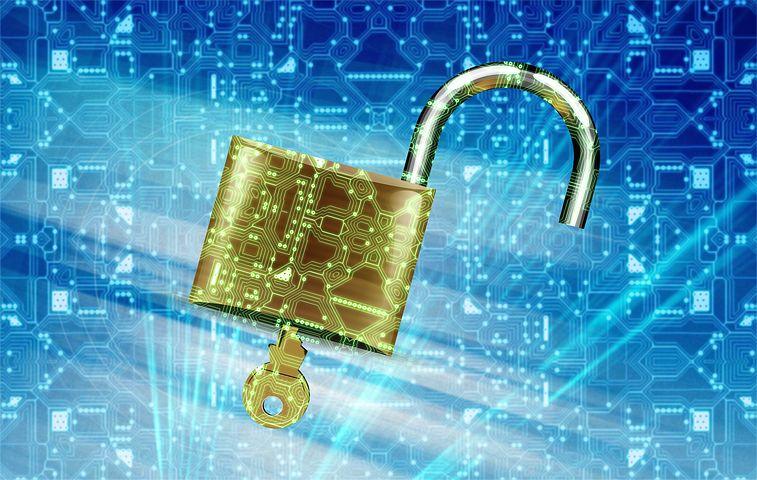 Offenes Vorhängeschloss vor blauen Hintergrund, der wie Computerplatine aussieht