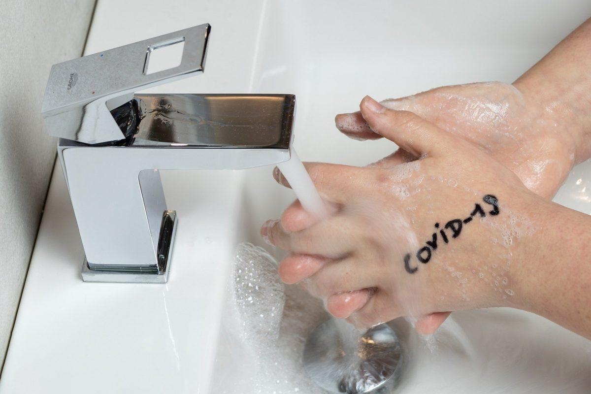 Waschbecken, in dem Hände gewaschen werden