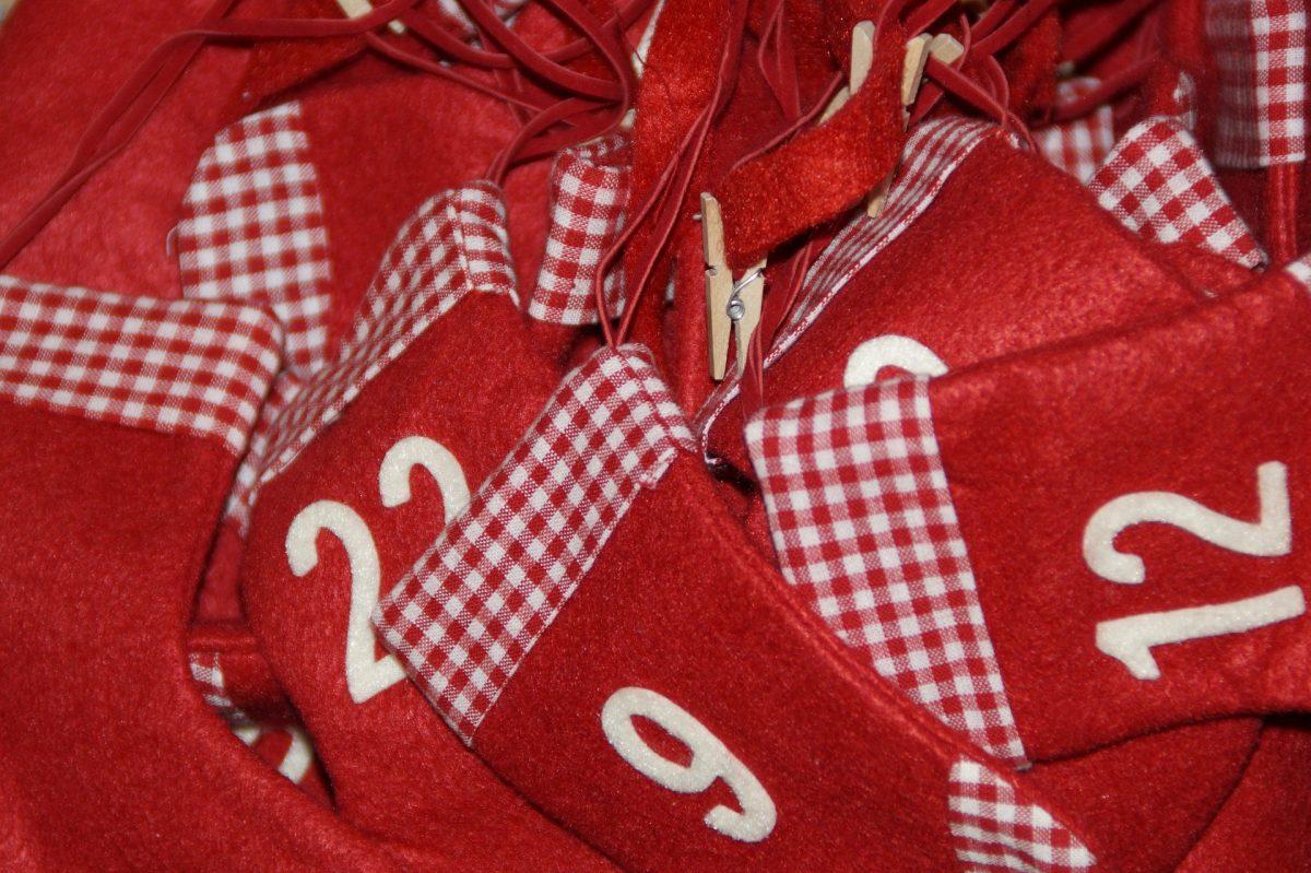 Rote Filzsäckchen für den Adventskalender