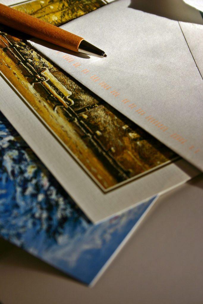 Ein Briefumschlag auf dem ein Kugelschreiber liegt.