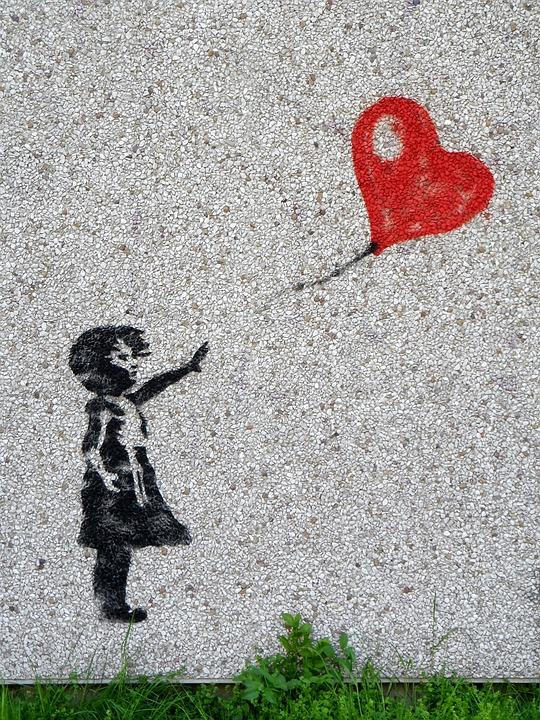 Wandgemälde von Mädchen, dem ein roter Herzballon davonfliegt