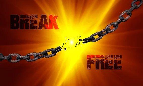 berstende Kette vor explodierendem Hintergrund, mit Text Break Free