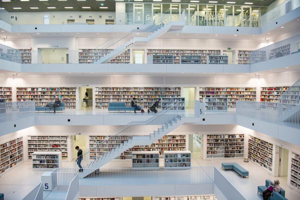 Helle Buchhandlung, tolle Architektur, Treppen, weiß