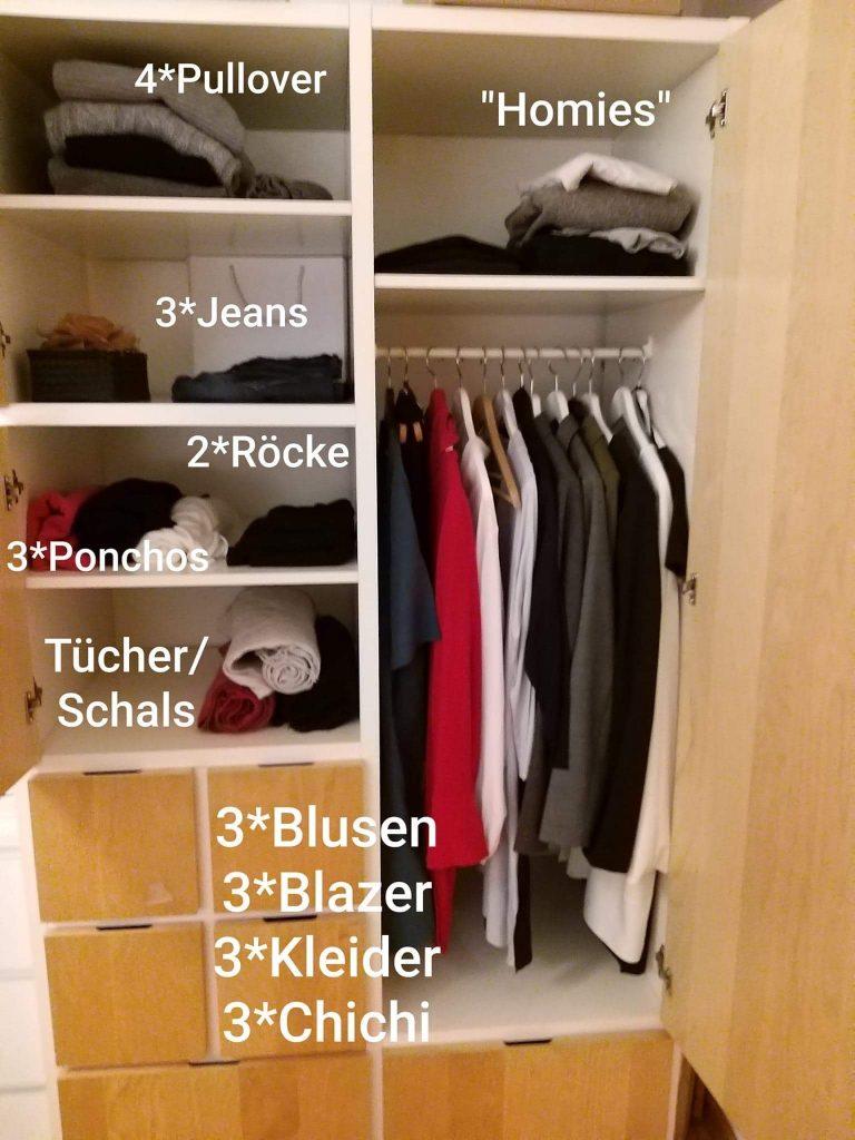ein Kleiderschrank mit 3 Fächern, die jeweils beschriftet sind. und einer Stange, an der Kleider auf Bügeln hängen. Das Bild soll symbolisieren, dass man mit 30-40 Teilen gut auskommen kann.