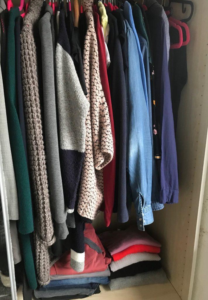 Fraukes Kleiderschrank in der Wintersaison. 6 Hosen, 5 Pullover und ca.20-30 Teile die Hängen