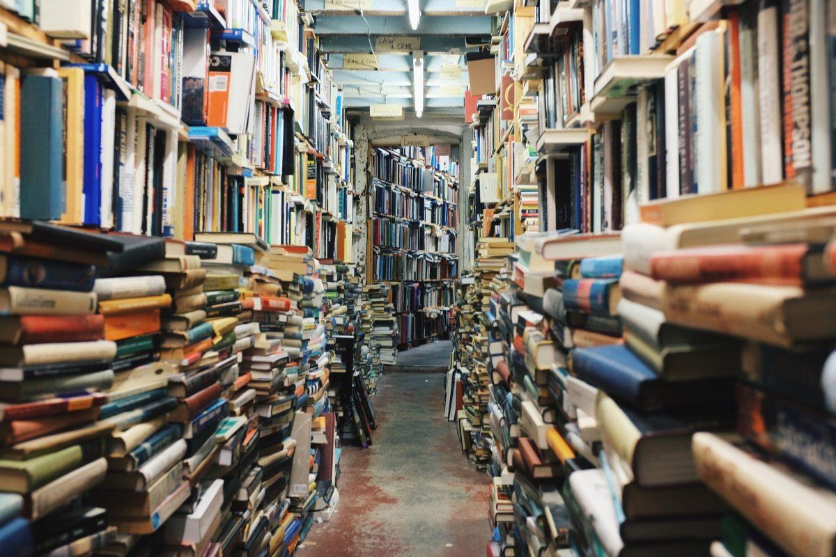 vollgestopfte Bücherregale