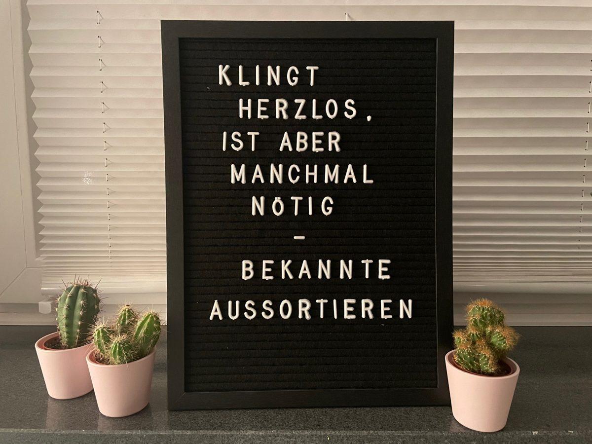 Letterboard: Klingt herzlos, ist aber manchmal nötig - Bekannte aussortieren. Daneben kleine Kakteentöpfe