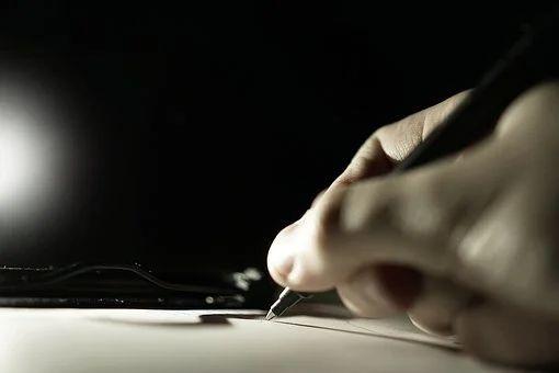 Hand mit Stift, die etwas schreibt