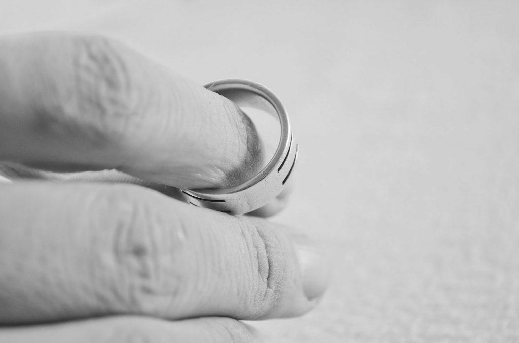 Finger, die einen Ring halten