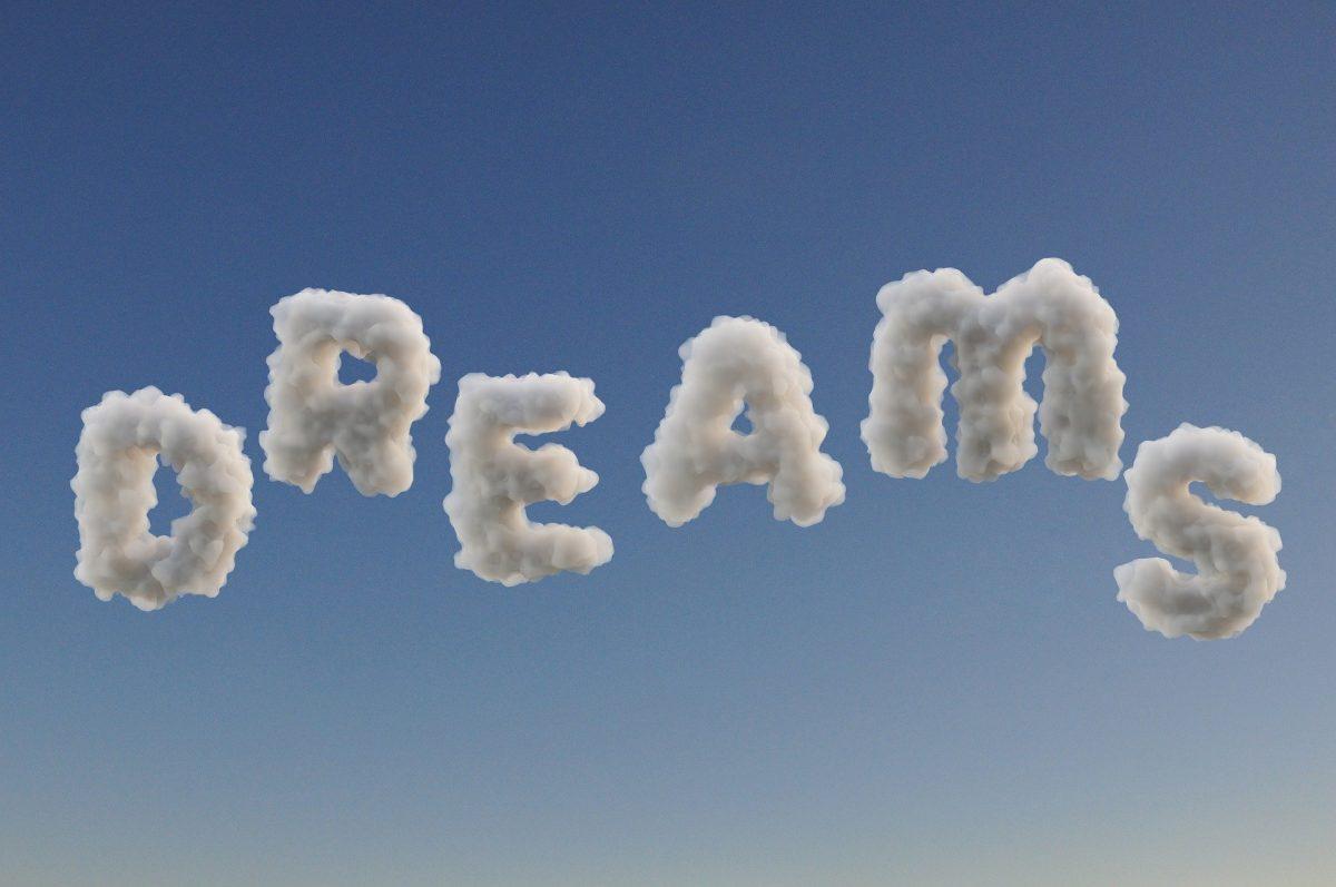 """Das Wort """"Dreams"""" als weiße Wolken vor hellblauem Himmel"""