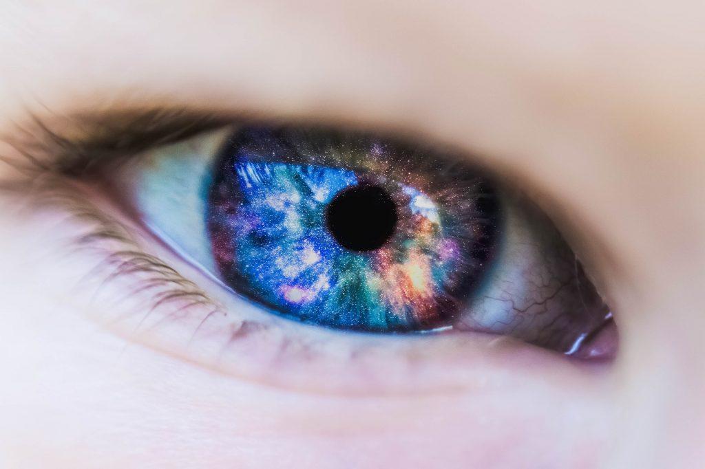 Nahaufnahme eines Auges mit schillernder Iris