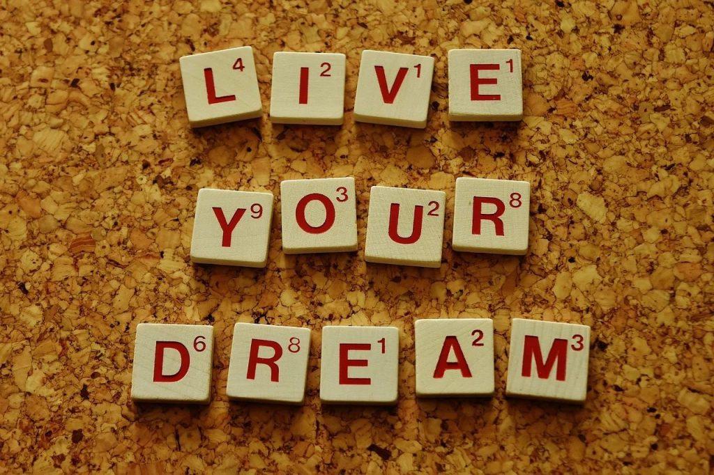 """Scrabble-Steine, die die Worte bilden """"Live your dream"""""""